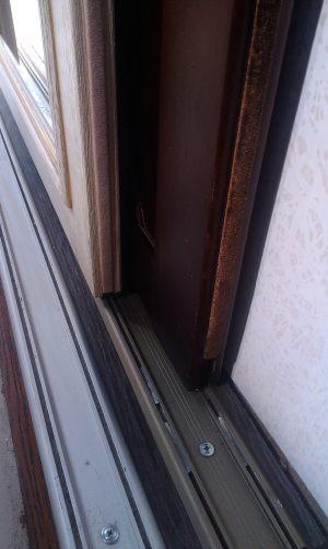 Двери массив на нижней направляющей
