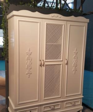 Распашные двери с декоративными накладками